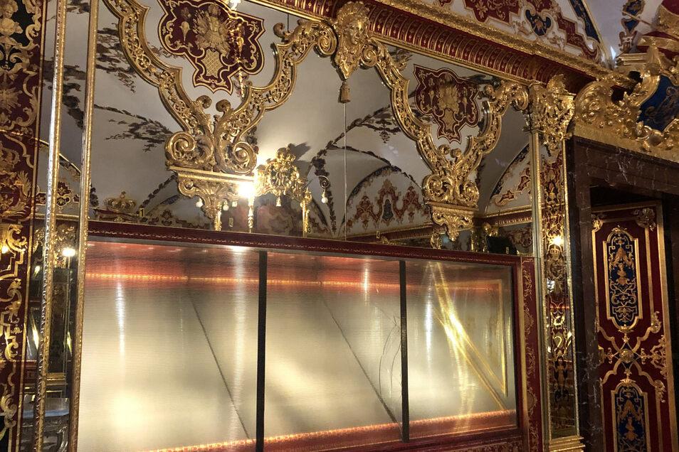 Die von den Dieben leergeräumte Vitrine im Grünen Gewölbe ist jetzt mit einer neuen Glasscheibe versehen. So wird sie bald den Besuchern in Dresden präsentiert.