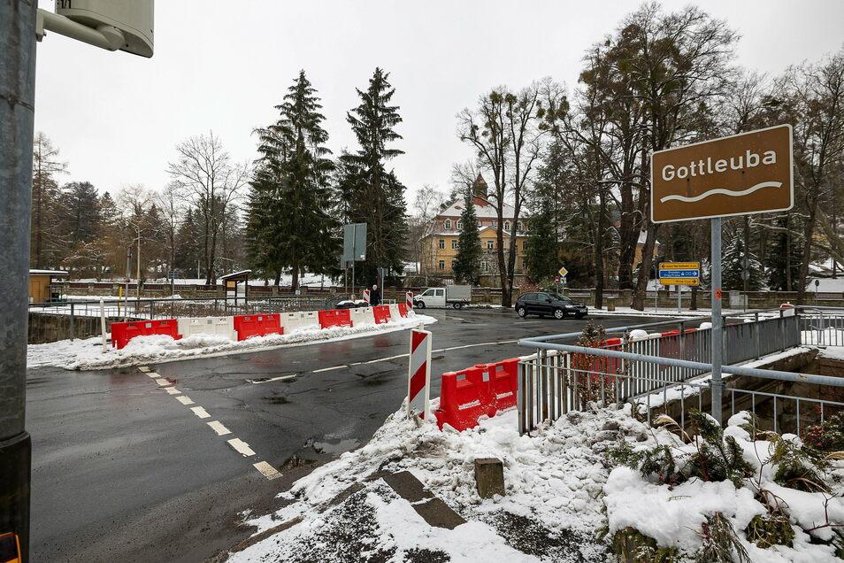 Stehen schon ewig und kommen so bald auch nicht weg: die Warnbaken an der Straße über die Gottleuba in Berggießhübel.