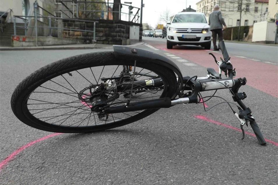 Der gestürzte Radfahrer musste ins Krankenhaus.