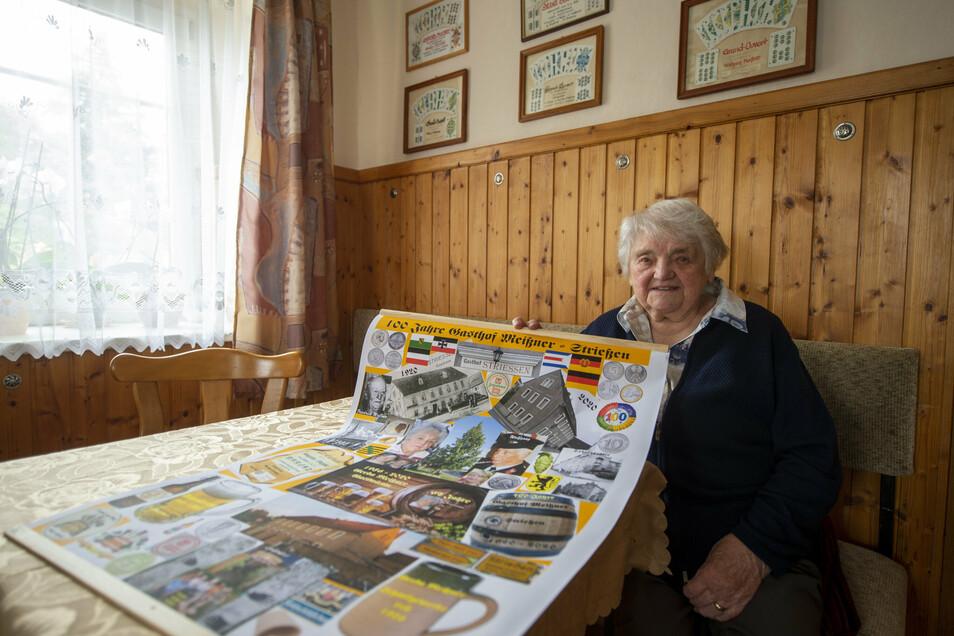 Gerda Meißner zeigt im Gasthof Strießen eine Fotomontage, die der ehemalige Strießener Wilfried Herzschuh zum Jubiläum zusammenstellte.