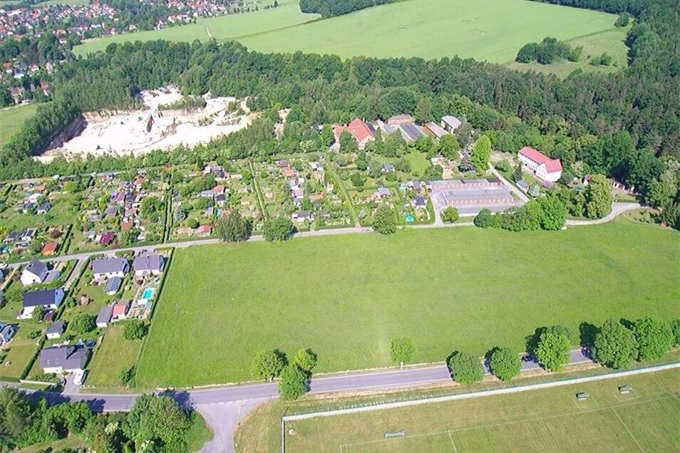 Auf dieser Fläche sollen bald Eigenheime in die Höhe wachsen. Für Caravans ist kein Platz vorgesehen, da der Investor den Standort an der Bastei als aussichtsreicher einstuft.
