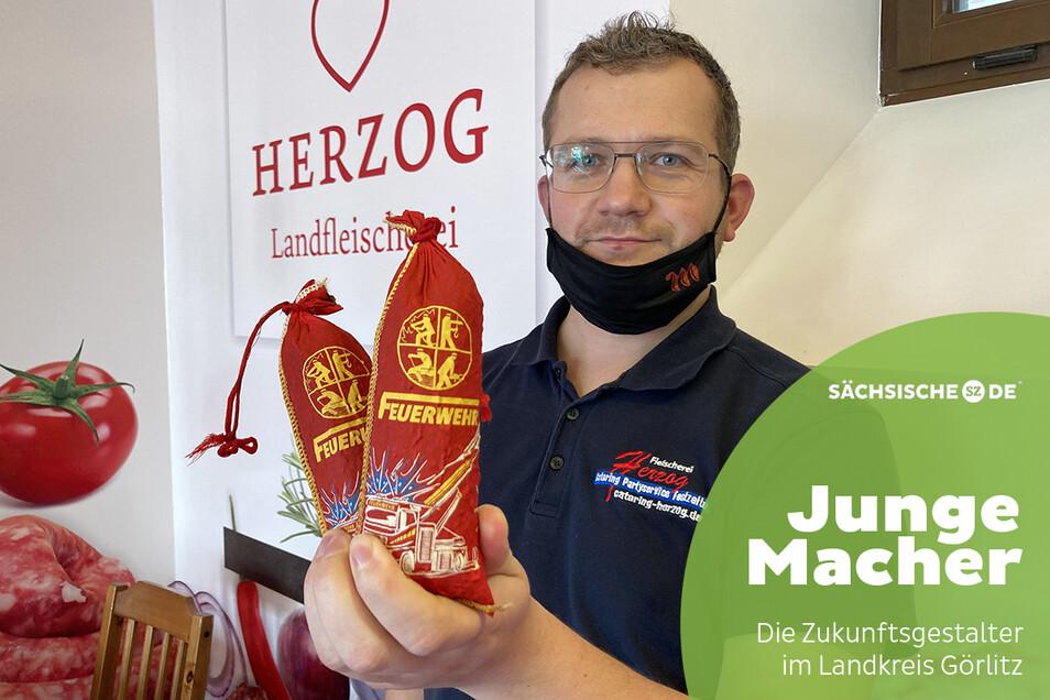 """Die neueste Idee von Sebastian Herzog von der """"Landfleischerei Herzog"""" in Spitzkunnersdorf ist die """"Feuerwehr-Salami""""."""