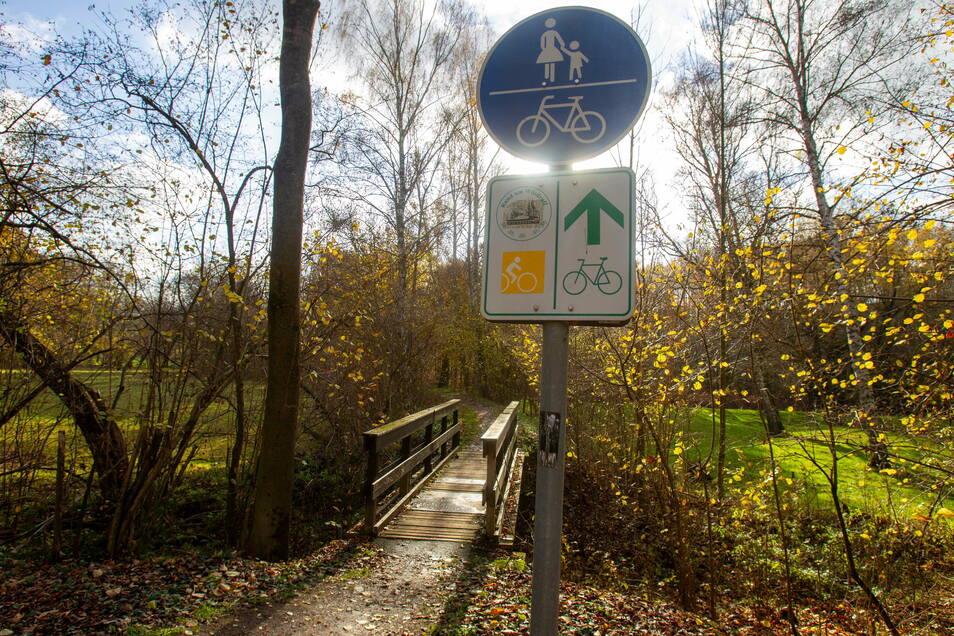 Nicht mehr sicher: Die Holzbrücke über die Triebisch bei Helbigsdorf kommt weg.