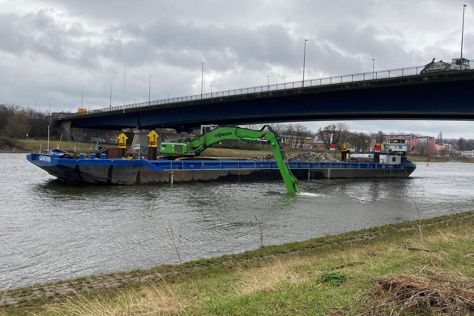 Dieser Schiffsbagger hat jetzt seine Arbeit an der Flügelwegbrücke abgeschlossen. Er hatte eine besondere Aufgabe, damit der große Abwassertunnel unter dem Elbgrund sicher ist.