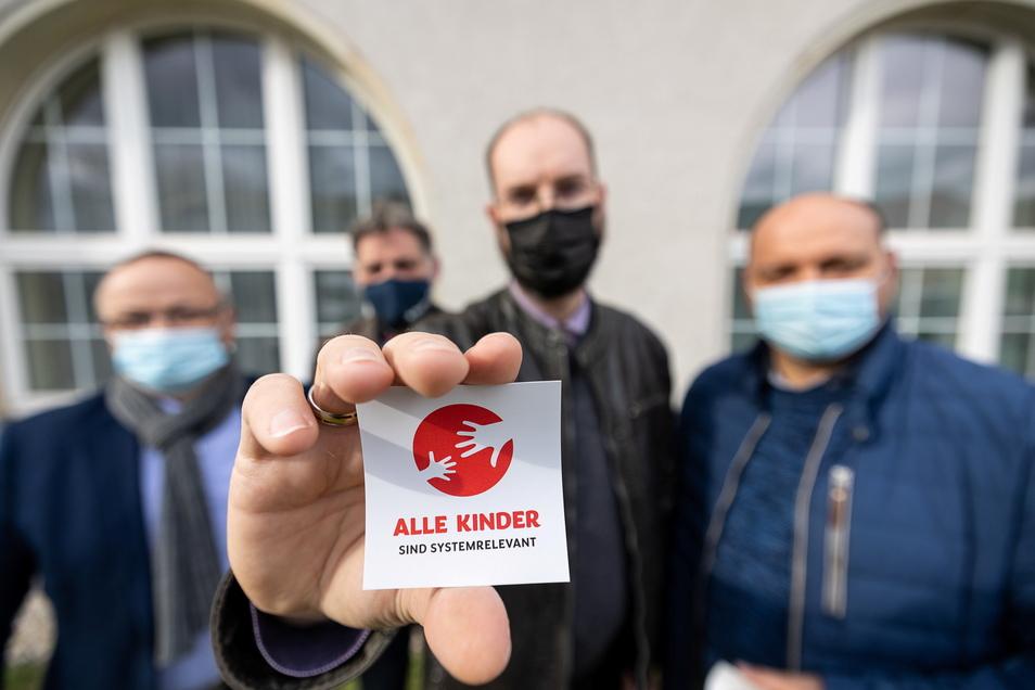 """Die Stadtratsfraktion """"Freitals konservative Mitte"""", Thomas Käfer, Jörg Müller, Uwe Jonas und Martin Rülke, haben eine Aufkleber-Aktion initiiert."""