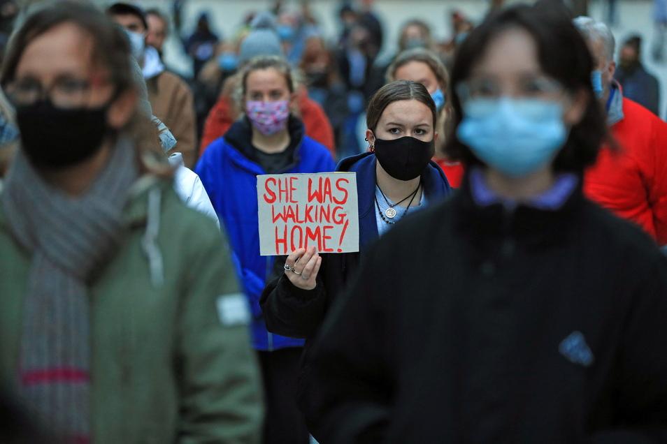 Eine Demonstrantin hält in Nottingham ein Schild mit der Aufschrift «She Was Walking Home!» («Sie war auf dem Weg nach Hause!») während einer Mahnwache für die getötete Sarah E. : PA Wire