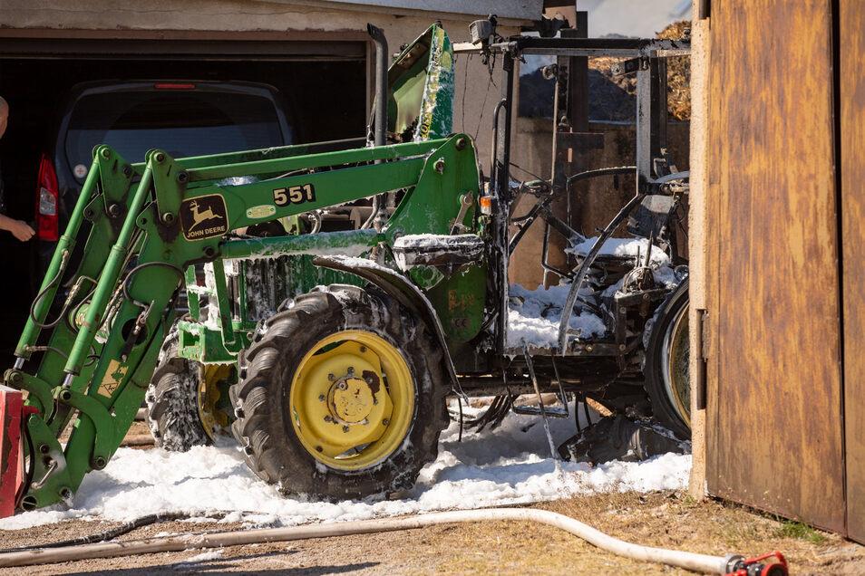 Der Traktor brannte auf dem Hof in Ohorn vollkommen aus.