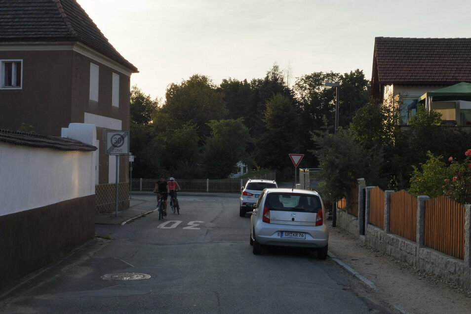 Die Posottendorfer Straße in Weinhübel ist kurz vor der Einmündung in die Zittauer Straße recht eng. Parken wie hier auf der rechten Seite Autos, wird es zu eng für Begegnungsverkehr mit Radfahrern.