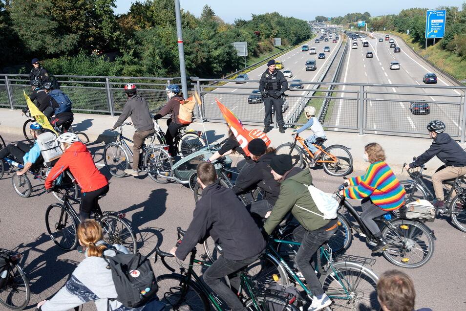 Über der A4 statt auf der A4: Die Radfahrer sahen die Autobahn, auf der sie demonstrieren wollten.