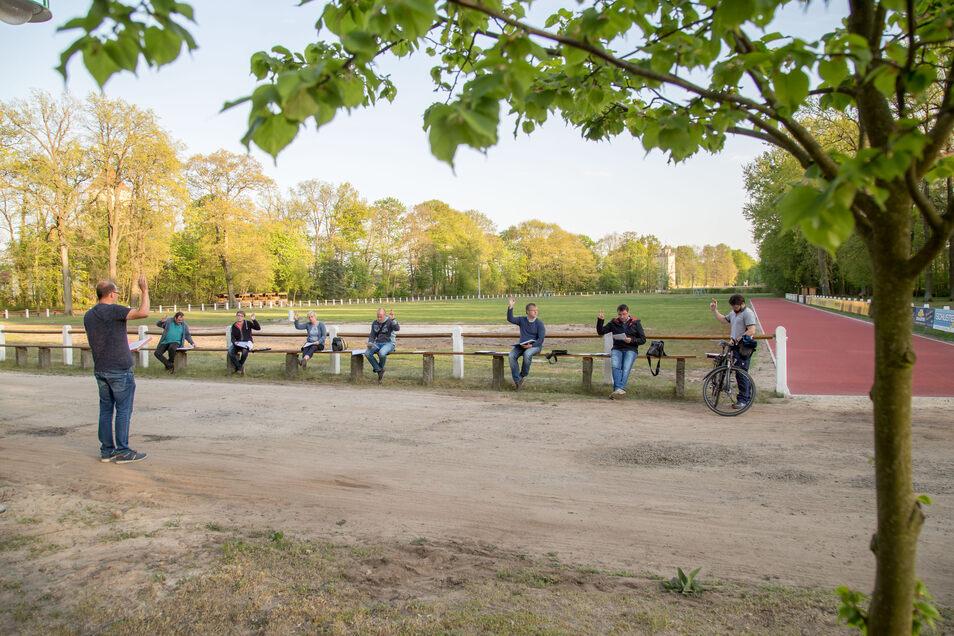 In Kreba-Neudorf versammelte sich der Gemeinderat in Corona-Zeiten am Sportplatz.