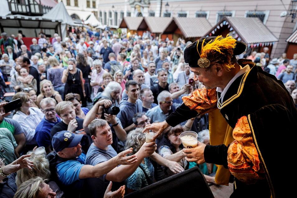 Zur Eröffnung bis des bislang letzten Altstadtfestes verteilte der Görlitzer OB Octavian Ursu im August 2019 Bier an Besucher - traditionell in historischem Gewand.