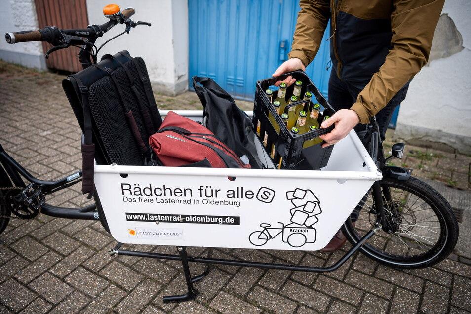 Ein Lastenrad wird beladen. Vor allem im privaten Bereich setzten sich solche Fahrräder - häufig mit Elektromotor - immer mehr durch.