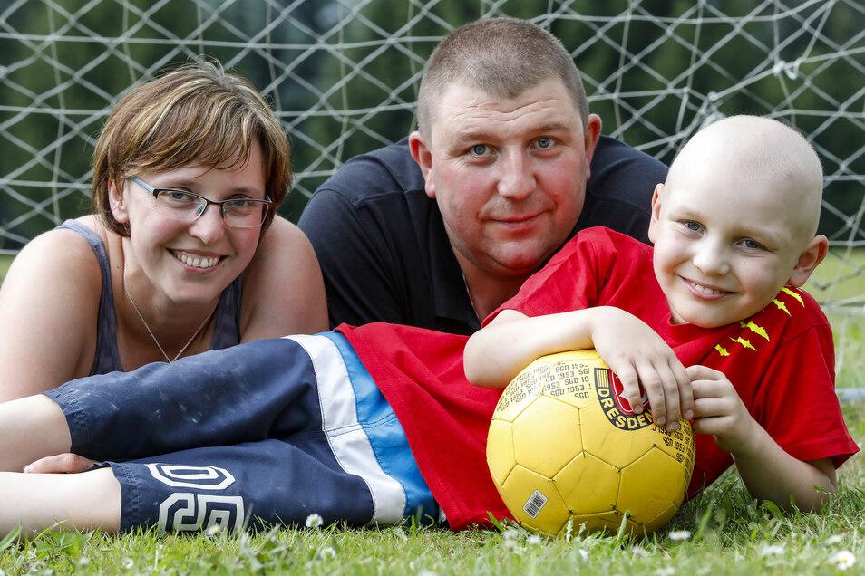 Ben und seine Eltern Yvonne und Swen Tasche können wieder lachen: Die Therapie gegen die Leukämie war erfolgreich.