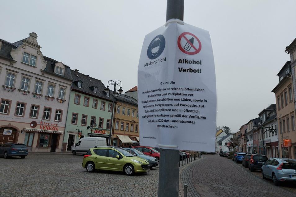 Mit Aushängen weist die Stadt Waldheim auf die Mundschutzpflicht und das Alkoholverbot hin.