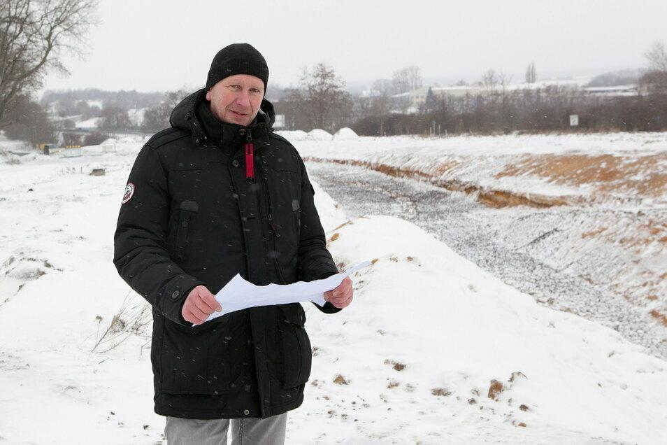 Bernd Mühle, Sachbearbeiter Brücken- und Ingenieurbau bei der Stadt Görlitz, steht vor dem neuen Regenwasserrückhaltebecken.