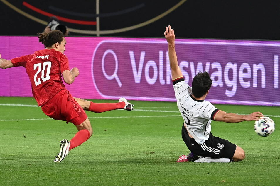 Der Leipziger Yussuf Poulsen glich für die Dänen in der 71. Minute aus. - Mats Hummels kam bei seinem DFB-Comeback in dieser Situation zu spät.