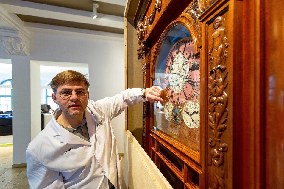 Die Goertz-Uhr im Foyer des Uhrenmuseums Glashütte wird von ihrer Verkleidung befreit. Uhrmacher Jürgen Franke kümmert sich um das Prachtstück des Museums.
