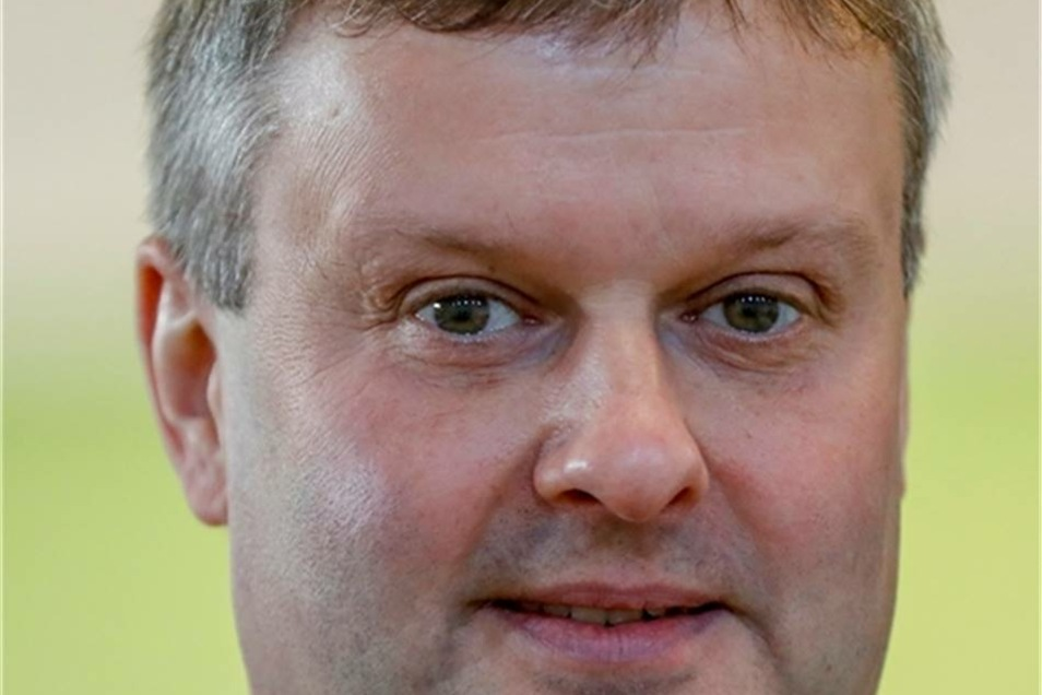 """Tilmann Havenstein tritt in Niesky an  Der 50-Jährige Tilmann Havenstein aus Daubitz hat Politik in den Wahlkreisbüros von Michael Kretschmer und Lothar Bienst aus nächster Nähe verfolgen können. Nun will er selbst antreten. Gegen drei Mitbewerber setzte er sich auf Anhieb mit knapp 60 Prozent der Stimmen durch und wird CDU-Kandidat im Wahlkreis 57, der den Norden des Landkreises umfasst. Der Vater von vier erwachsenen Töchtern tritt zupackend auf, redet nicht um den heißen Brei herum. Fehler müssten eingeräumt werden, aber zugleich auch gesagt werden, dass die Region viel zu bieten habe. Und er bekennt sich zu Visionen. Die reichen vom ICE, der Berlin und Breslau über Görlitz und Weißwasser verbindet, über die Erstklassigkeit des Weißwasseraner Eishockeyvereins """"Lausitzer Füchse"""" und über einen florierenden Flugplatz in Rothenburg. (SZ/sb)"""
