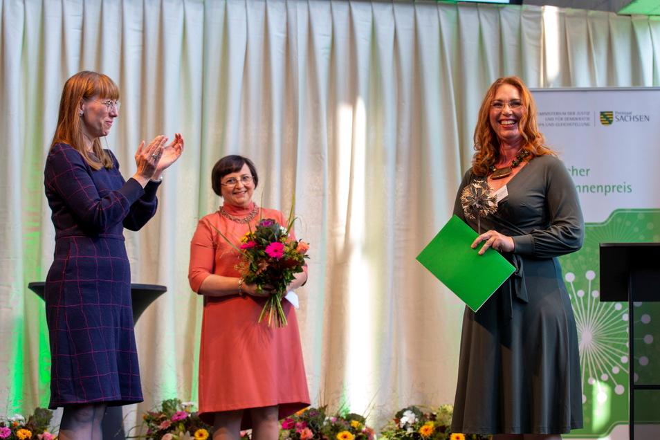 Steinmetzin Jacqueline Hausotte (r) freut sich bei der Verleihung des Sächsischen Gründerinnenpreises 2021 in der Kunsthalle im Kraftwerk Mitte über ihre Auszeichnung. Der Preis wurde von Sachsens Gleichstellungsministerin Katja Meier (Grüne) überrei