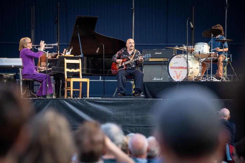 Helge Schneiders Band heißt aktuell Rübenschweine. Außer ihm dabei: Sandro Giampietro an der Gitarre sowie Schneiders Sohn Charlie am Schlagzeug.