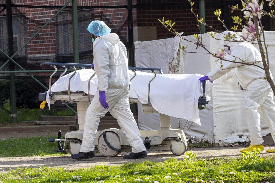 Medizinisches Personal transportiert im Kingsbrook Jewish Medical Center im New Yorker Stadtbezirk Brooklyn eine Leiche aus einem Kühlwagen.