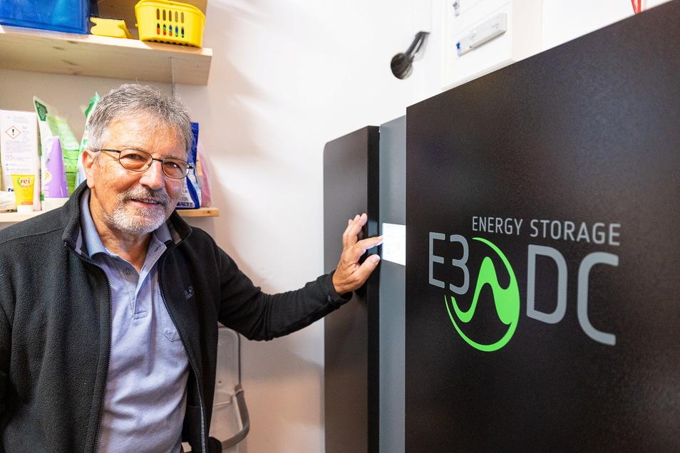 Dieter Wiebusch aus Graupa mit dem Hauskraftwerk im Keller: Den Strom möglichst da verbrauchen, wo er erzeugt wird.