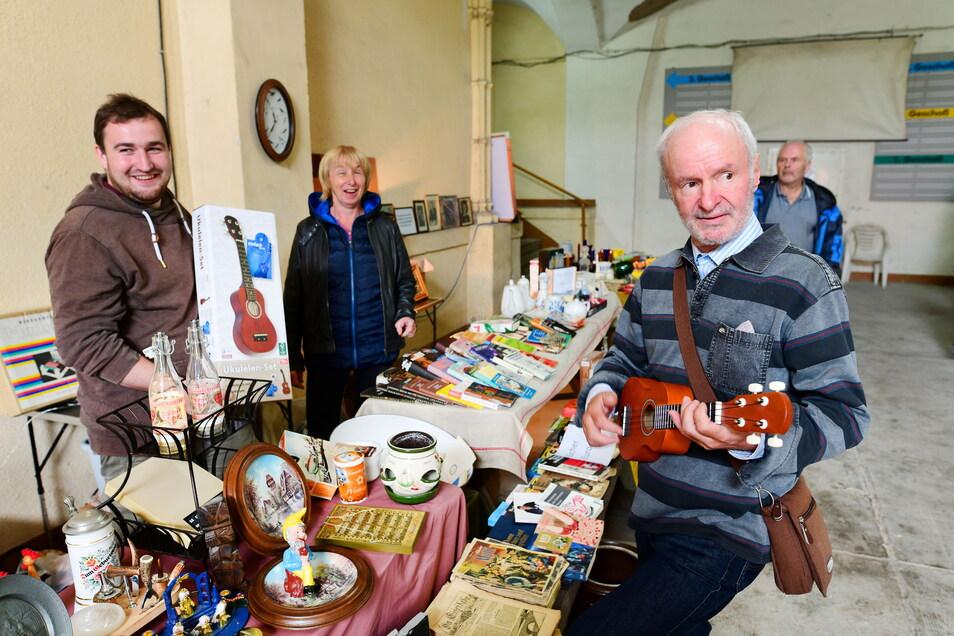 In der Mandaukaserne hieß es am Sonntag auch kaufen oder nicht kaufen bei einem kleinen Flohmarkt im Foyer der 1869 gebauten Kaserne.