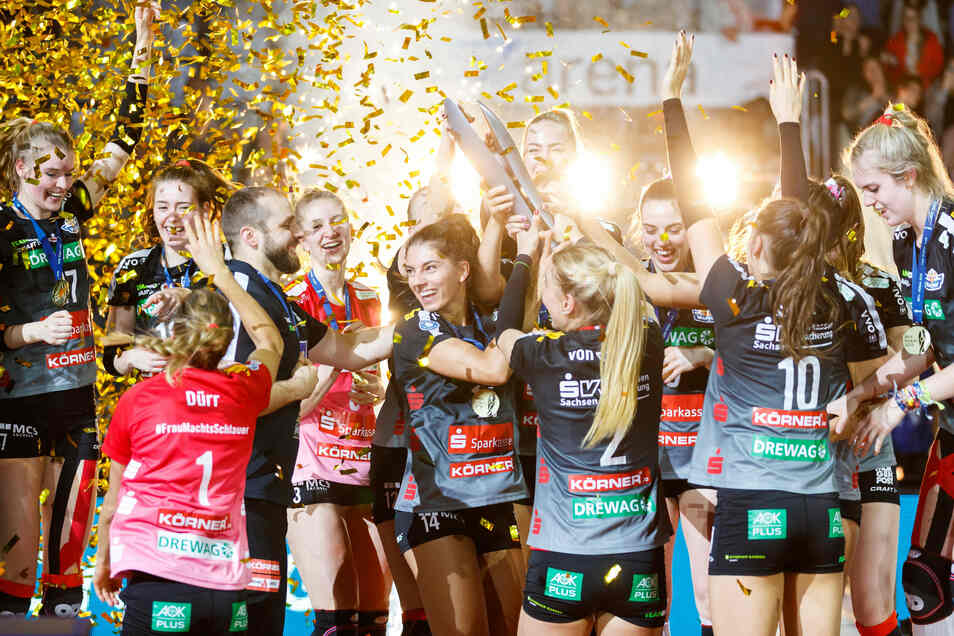 Im goldenen Konfetti-Regen feiern die Dresdner Volleyballerinnen ihren Pokalsieg - es war ein Erfolg der Leidenschaft.