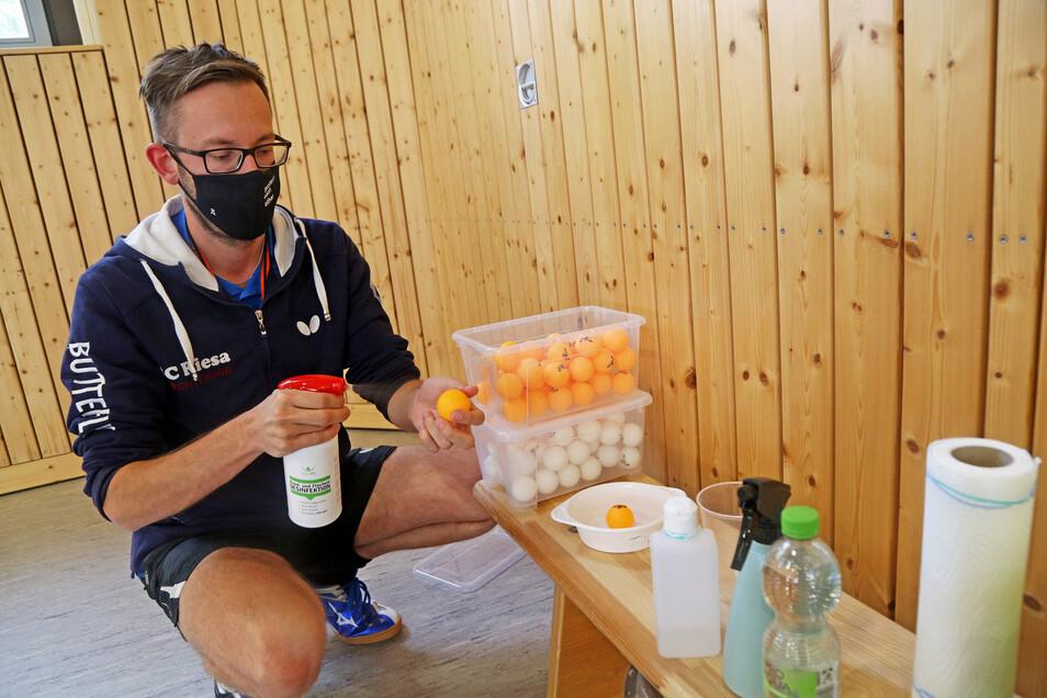 Nicht durcheinander bringen: Tischtennisbälle werden nun nach Farben sortiert. Jeder Spieler darf nur einen Ball berühren - wegen Corona. Trainer Tobias Kern vom SC Riesa desinfiziert sie vor dem Training.