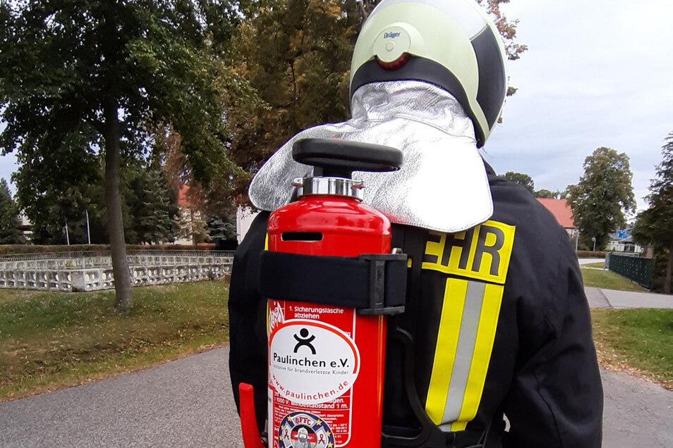 Mit einem zur Spendenbox umfunktionierten und entsprechend präparierten Feuerlöscher werden Harald Skopi und seine Mitstreiter am Samstag einen 30-Kilometer-Marsch absolvieren, der von Nardt über Hoyerswerda und Wittichenau führt.