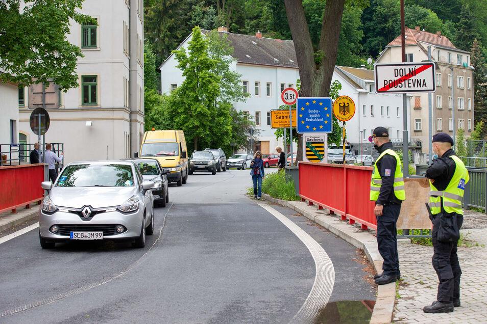 In Sebnitz fuhren schon kurz nach 12 Uhr die ersten Autos über die Grenze nach Tschechien.