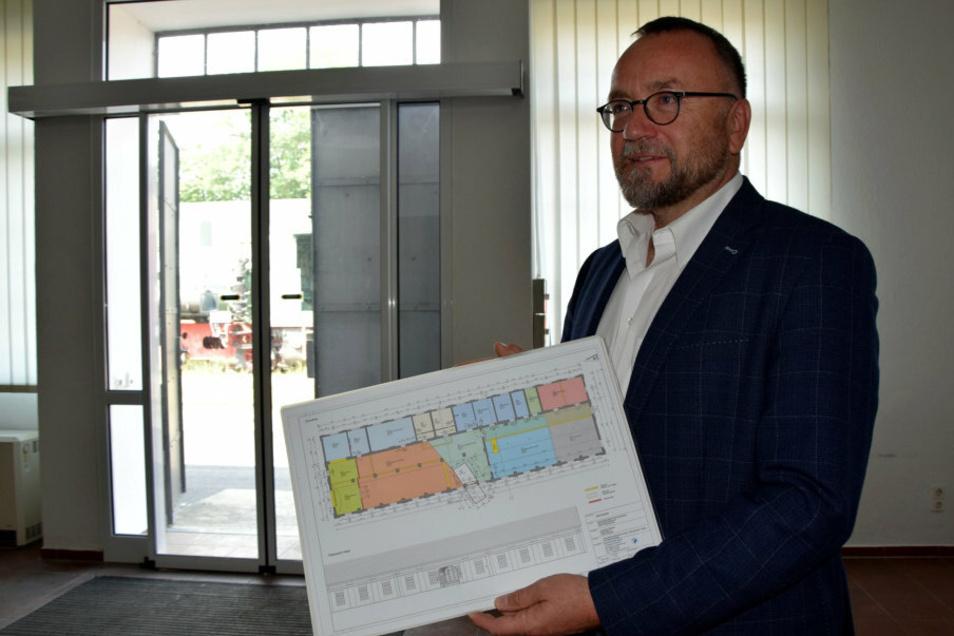 Dr. Jens Baumann zeigt den Grundriss der künftigen Vertriebenen-Ausstellung in Knappenrode.