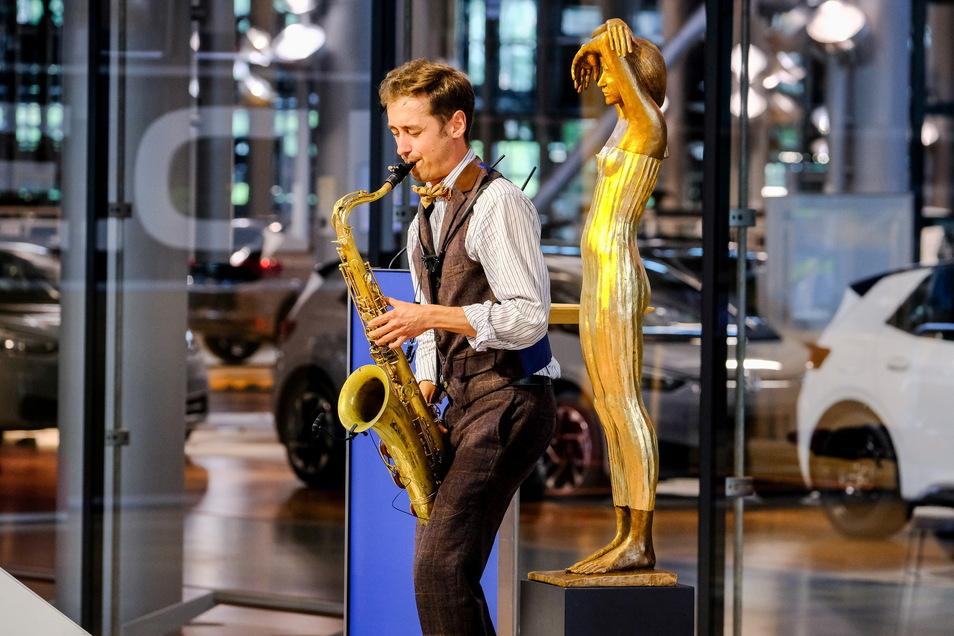 Der junge russische Saxofonist Timur Valitov sorgt bei der feierlichen Preisverleihung für den musikalischen Rahmen. Er studiert derzeit mit einem von saechsische.de teilfinanzierten Stipendium in Dresden.