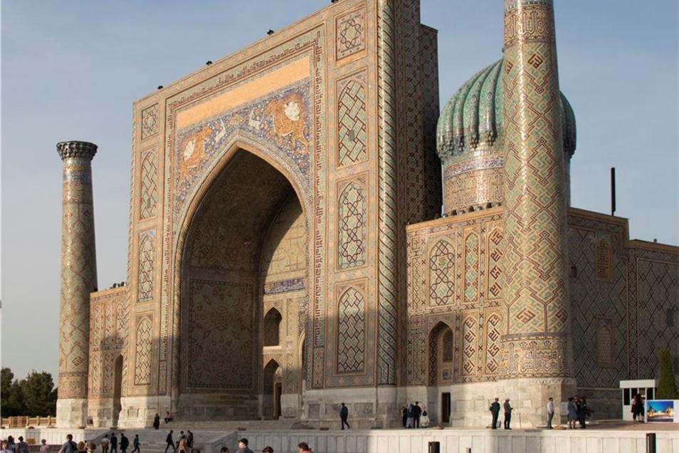 Der Registan mit seinem Ensemble aus drei Koranschulen (im Bild die Sher-Dor-Medrese) ist einer der prächtigsten Plätze der Welt.
