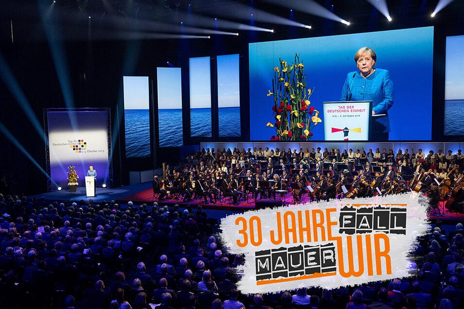 Bundeskanzlerin Angela Merkel (CDU) spricht auf dem Festakt im Rahmen der zentralen Feier zum Tag der Deutschen Einheit in der Sparkassen Arena in Kiel.