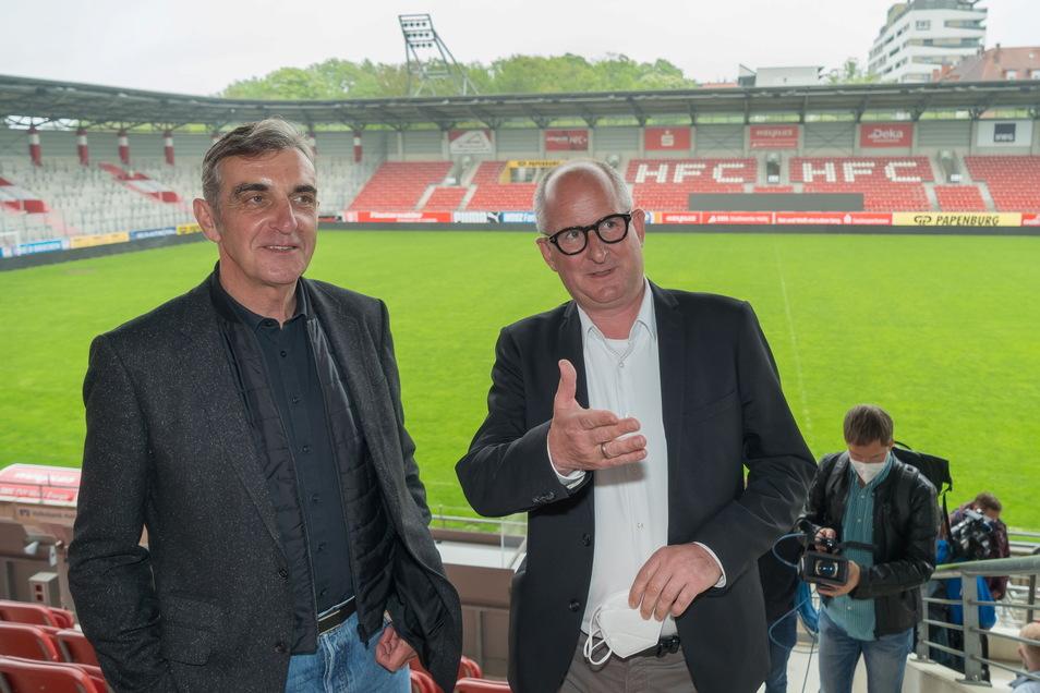 HFC-Präsident Jens Rauschenbach (r.) mit Ralf Minge im Erdgas-Sportpark von Halle.