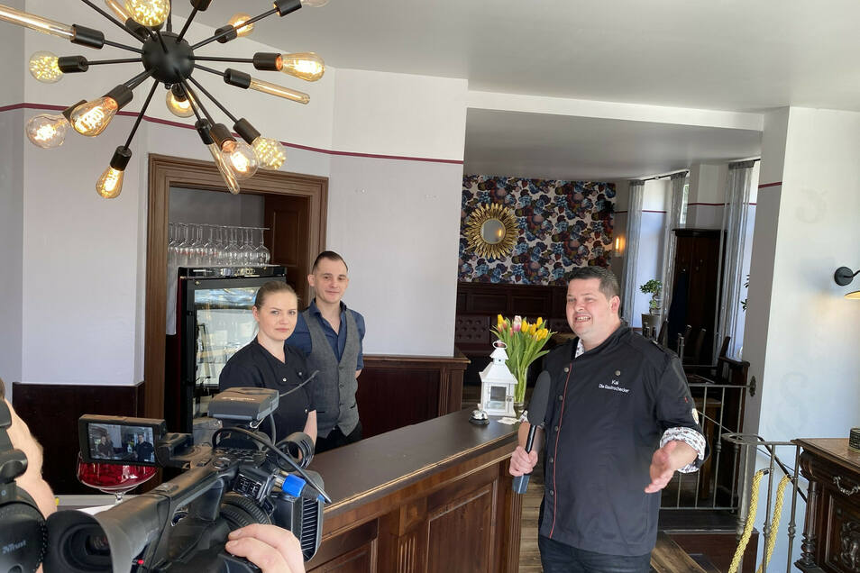 "Gastrochecker Kai Hantzsch (rechts) bei seinem Report aus dem Dresdner Restaurant ""Kanzlei""."