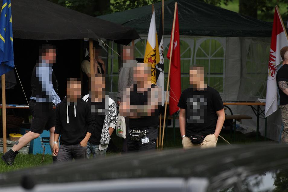 """Die Zwillinge Jason und Jean, ihr Vater Sascha N. und sein mutmaßlich dritter Sohn beim von der NPD organisierten """"Thüringentag der nationalen Jugend"""" 2016 in Sömmerda."""