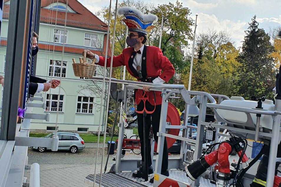 11.11.: Eben hat der Coswiger Oberbürgermeister Thomas Schubert (l.) den Rathausschlüssel und als Zugabe ein Körbchen mit schöngeistigen Getränken an Uwe Müller, den Präsidenten des Coswiger Karneval Clubs, überreicht.