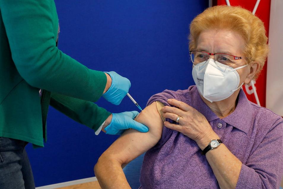 So wie diese Patientin aus Neugersdorf werden im Impfzentrum Löbau täglich viele geimpft. Ab Freitag werden es mehr sein, denn dann können sich über 60-Jährige freiwillig mit Astrazeneca impfen lassen.
