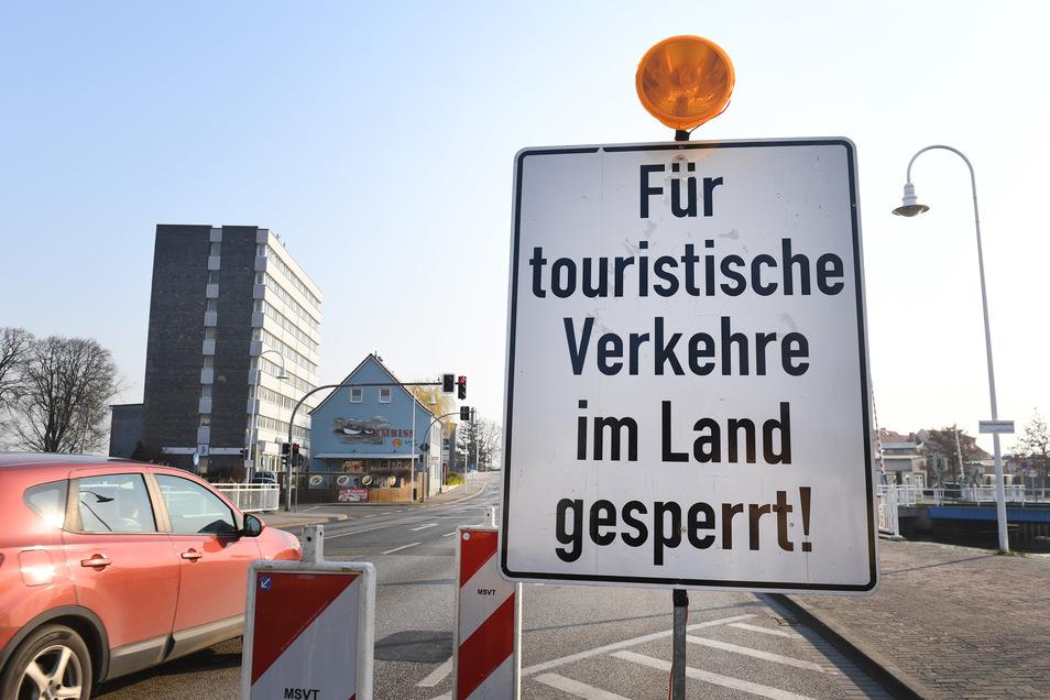 """Ein Schild mit der Aufschrift """"Für touristische Verkehre im Land gesperrt!"""" steht in Wolgast vor der Insel Usedom. Alle norddeutschen Küstenländer haben wegen der Ausbreitung des Coronavirus ab 16. März ihre Inseln in der Nord- und Ostsee für Touristen ge"""