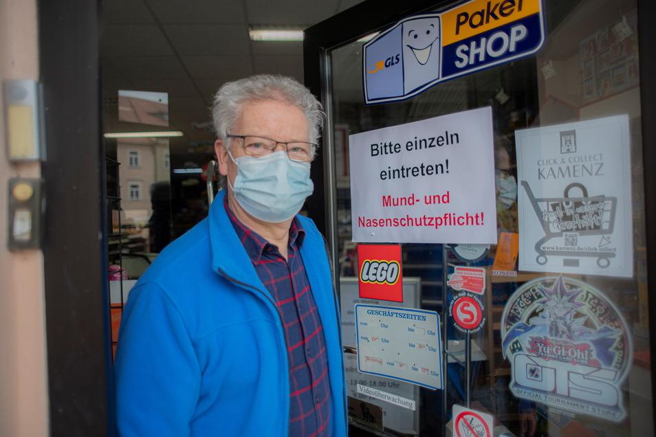 """Klaus Lehmann vom Spiel- und Haushaltswaren auf dem Kamenzer Markt, der zurzeit nur Postdienstleistungen anbieten darf, begrüßt den Vorstoß des Kamenzer OBs. Für alle Einzelhändler sei die lange Schließzeit inzwischen beängstigend. """"Die kleinen Händler si"""