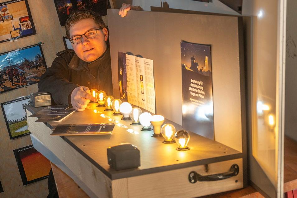 Der Lichtkasten zeigt den Unterschied: Je wärmer das Licht, desto geringer die Auswirkungen auf die Umwelt, sagt Sven Schöne. Die Lampen vorn zeigen verschiedene Möglichkeiten, Lichtstreuung zu reduzieren.