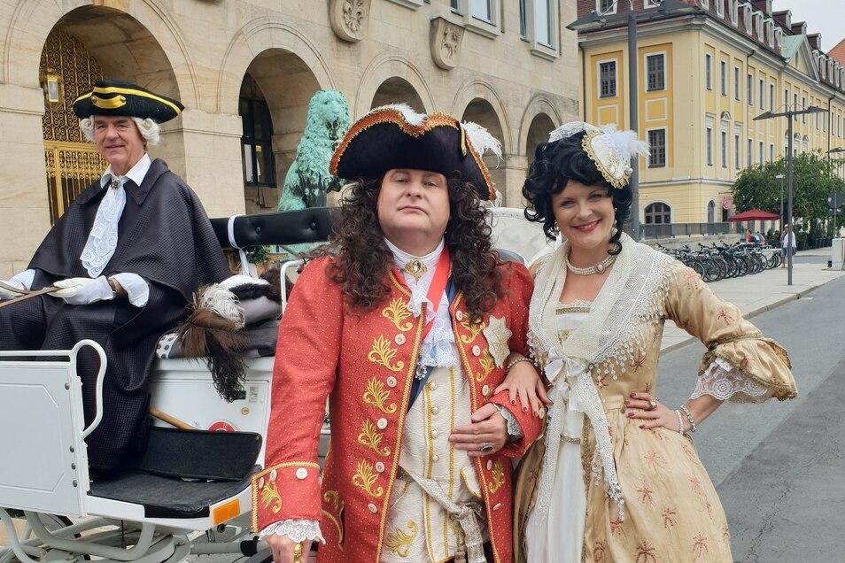 Andreas Hofmann alias DJ Happy Vibes posierte als August der Starke beim Dreh des Videos zur Sachsenhymne in Dresden. Rechts: Jasmin Weber als Gräfin Cosel .
