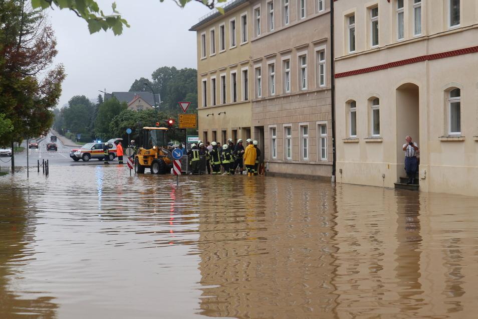 Binnen kurzer Zeit war die Kreuzung Wilhelm-Kaulisch-Straße/Bischofswerdaer Straße in Neustadt voll gelaufen.