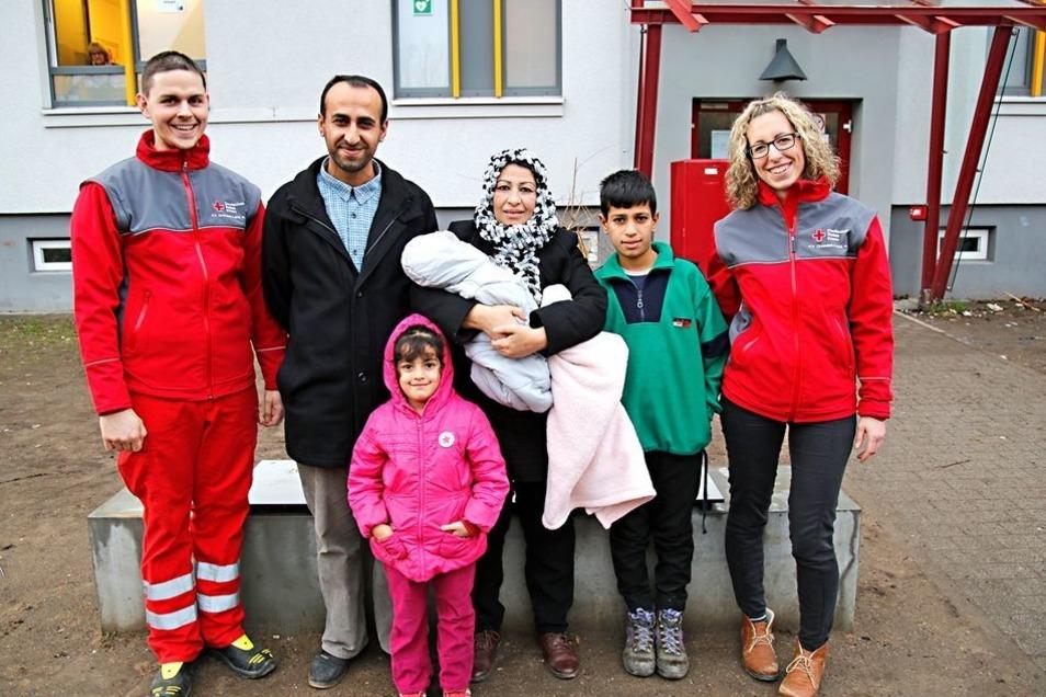 Familie Akraoy – Vater Said, Mutter Shaema, Tochter Asmaa, Sohn Abas und der neugeborene Mohamad – mit Campleiterin Sarah Schenke und einem Mitarbeiter des Medpoints