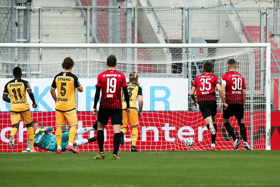 Ex-Dynamo Stefan Kutschke verwandelt den Elfmeter, den er selbst heraus geholt hat, zum 1:0 für Ingolstadt.