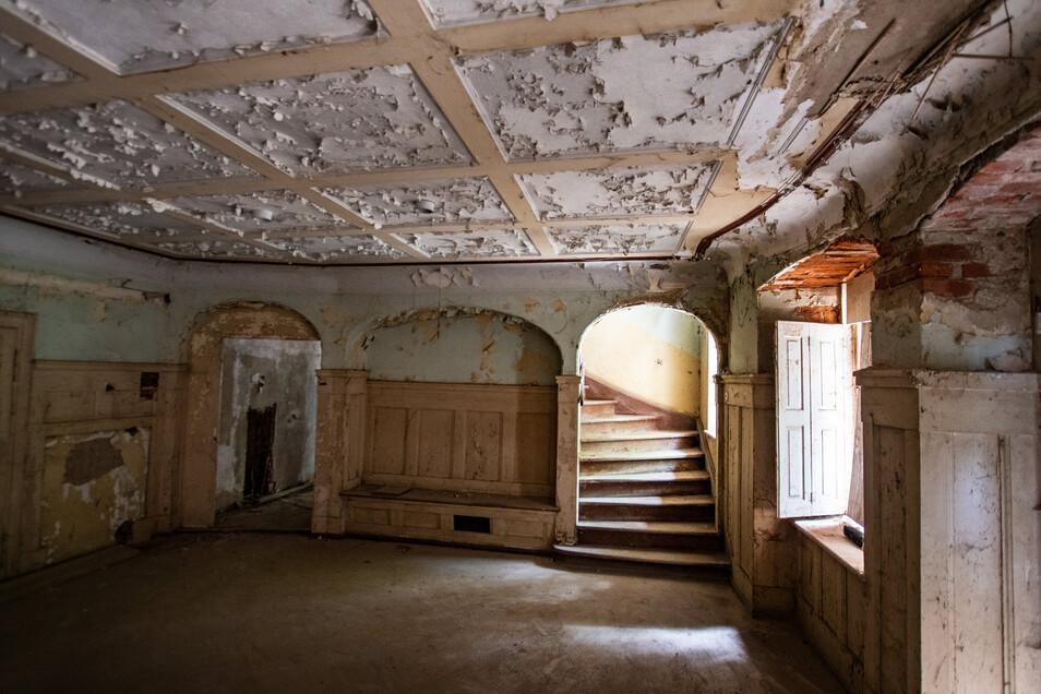 Der repräsentative Vorsaal im ersten Stock des Herrenhauses zeigt etwas vom früheren Glanz des Gebäudes. Von hier war der etwas höher liegende Park zu betreten.