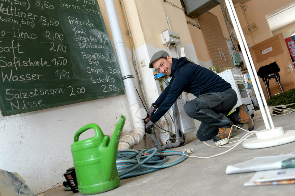 Jiri Olisar arbeitet in der Kneipe der Kulturfabrik Meda Mittelherwigsdorf.