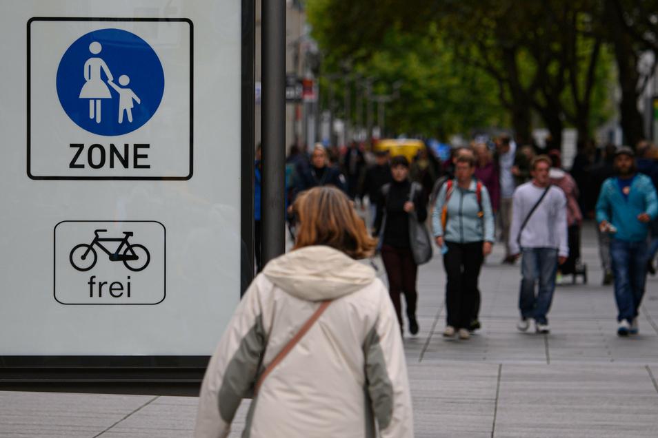"""Ohne Maske in der Prager Straße? Das ist bald verboten. Doch die Beamten wollen zunächst auf """"Kommunikation setzen""""."""